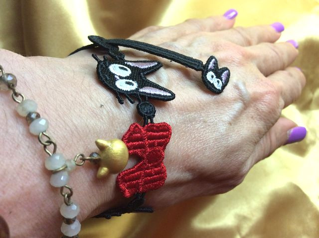 魔女の宅急便黒猫ジジのレースブレスレットを装着した画像