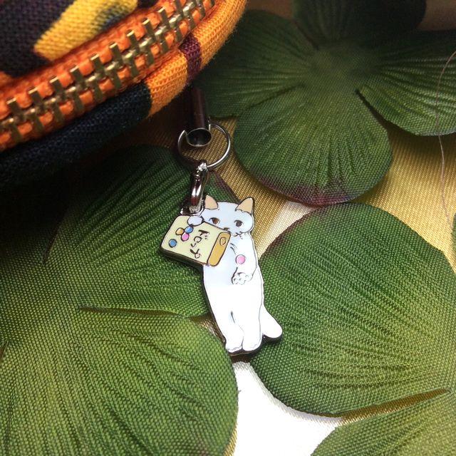 ポタリングキャット」のレトロで可愛い猫ストラップを実際にコイmmケースに付けて見た画像