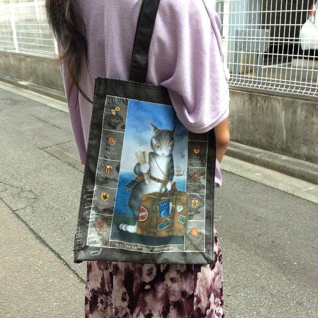 池田あきこ先生のわちふぃーるどの5ポケットレッスンバッグトラベルダヤンをモデルさんが肩に掛けたところの写真