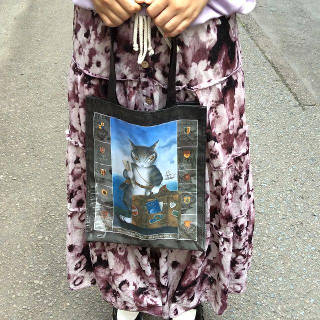 池田あきこ先生のわちふぃーるどの5ポケットレッスンバッグトラベルダヤンをモデルさんが両手で持っている所の写真