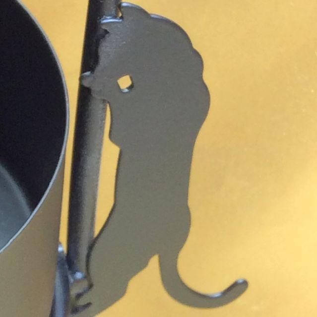 大西賢さんの黒猫シルエットアンブレラスタンドの横の部分を登る黒猫のシルエット部分のアップ写真