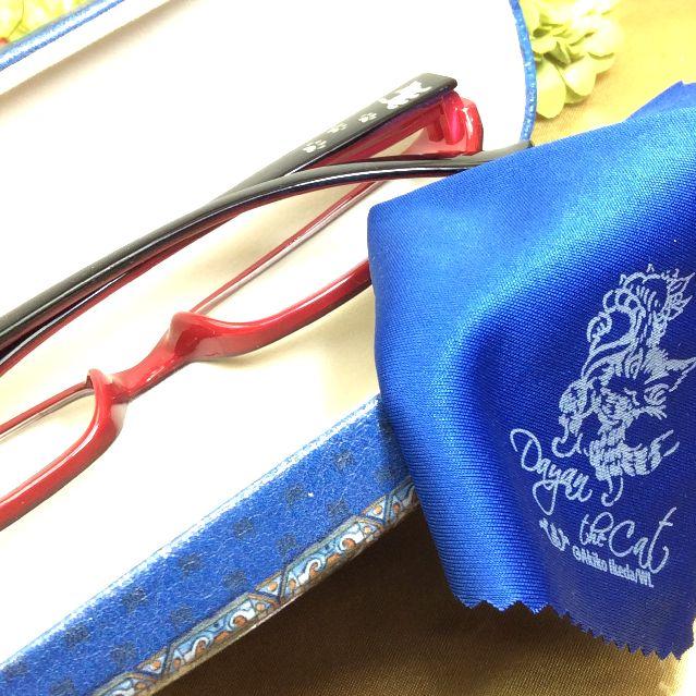 池田あきこ先生のわちふぃーるど社ダヤンのメガネ拭き付きメガネケースアンダルシアの開けてメガネとメガネ拭きををいれた所の写真