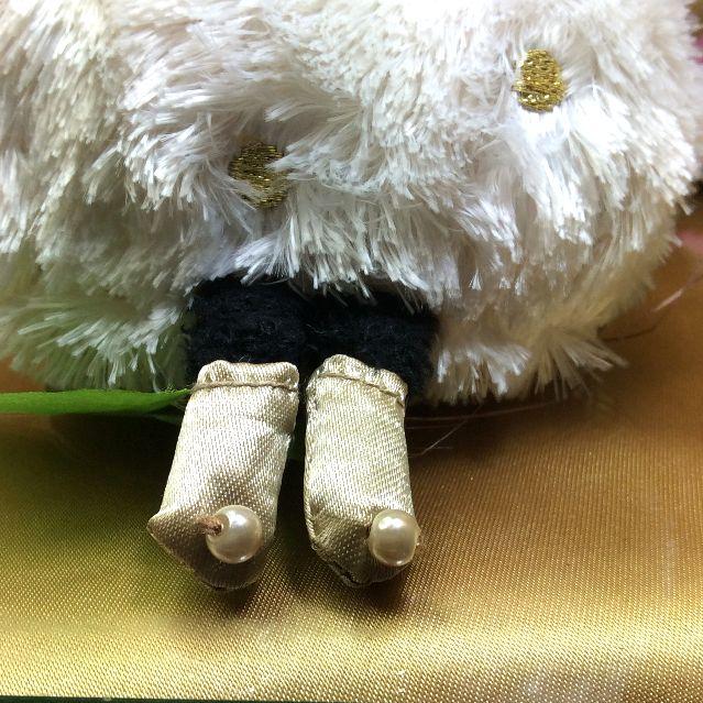 マタノアツコ先生のおしゃまで可愛い黒猫のマシュマロヌイグルミのパール飾りが付いた靴部分のアップ写真