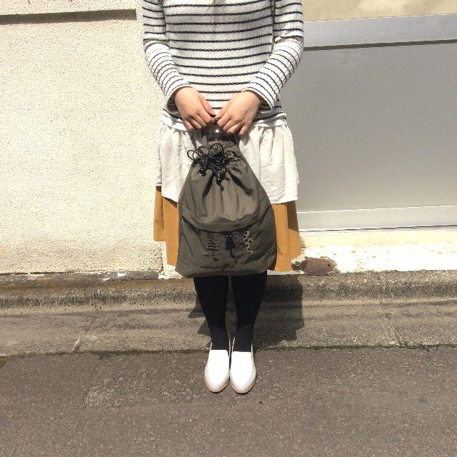 マタノアツコ先生の仲良し猫刺繍リュックの表面デザイン。リュックサイズを人間と比較した画像