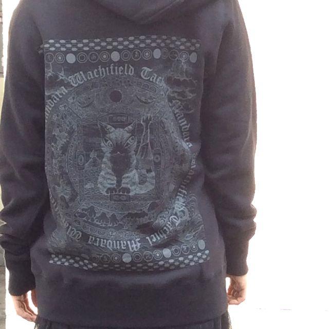 ダヤンジップアップパーカー曼荼羅黒Lサイズを着用したモデルさんの背中側