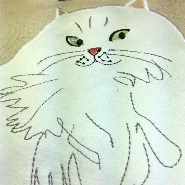ルートートの白猫フリルがま口バッグの白猫アップリケ部分を大きく写した画像